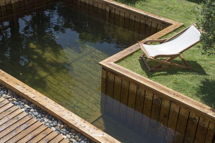 Piscine naturelle bois maison parallele for Constructeur piscine tarif