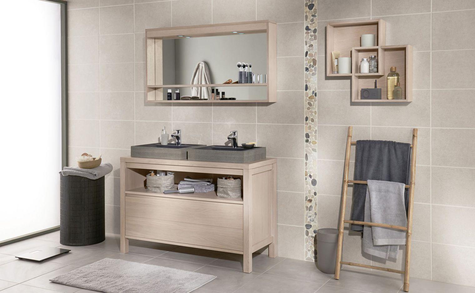 Salle de bain avec meuble en bois