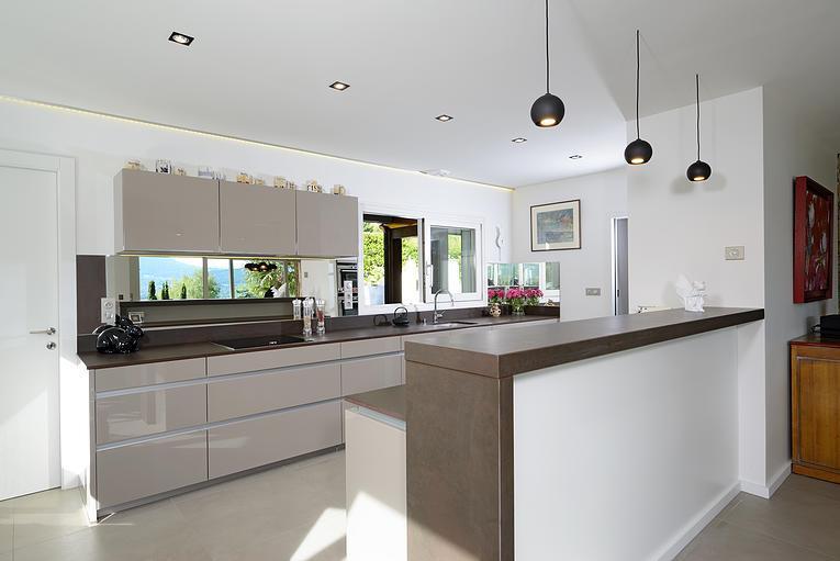cuisine contemporaine ouverte sur salon maison parallele. Black Bedroom Furniture Sets. Home Design Ideas
