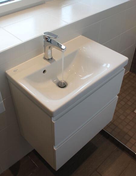 Petit meuble salle de bain avec lavabo